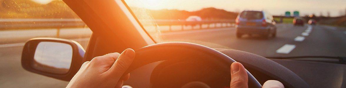 Hilfe vom Augenarzt kann die Orientierung im Straßenverkehr deutlich verbessern.